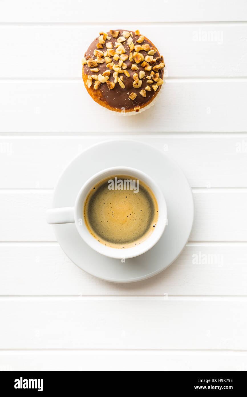 Kaffee Tasse und Haselnuss Muffin. Ansicht von oben. Stockbild