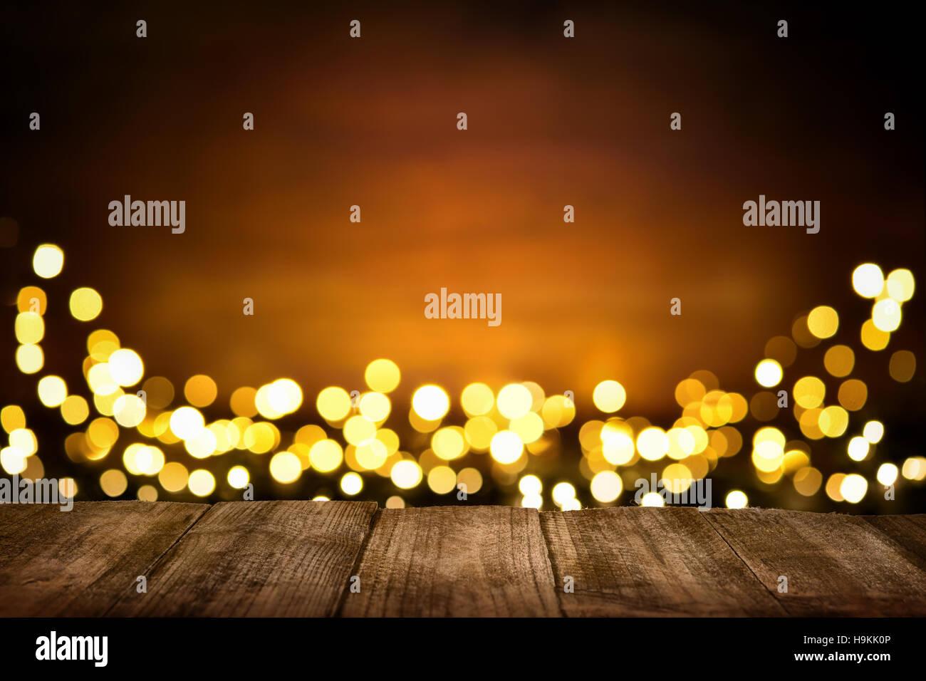 Festliche hölzernen Hintergrund mit glitzernden Lichtern, die Bokeh ...