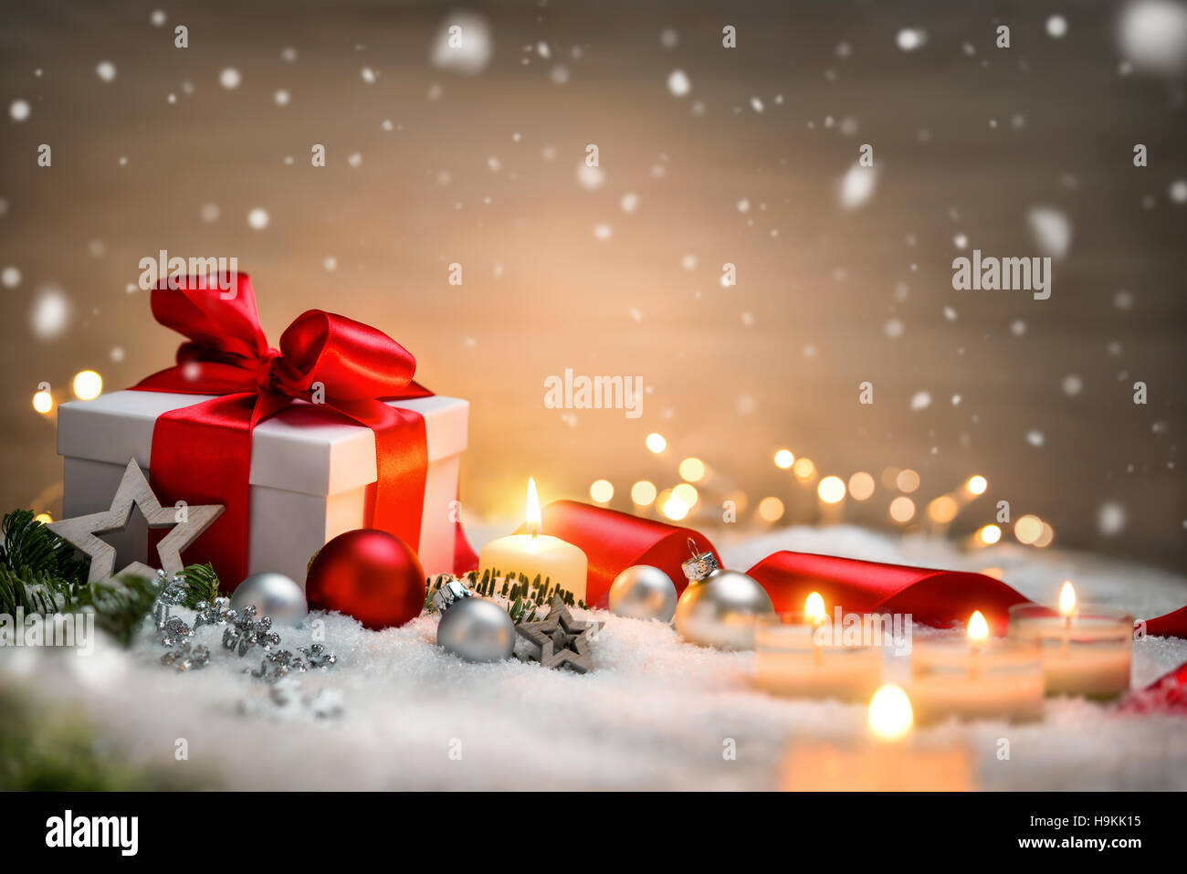 Weihnachtsszene mit einer weißen Geschenk Box, rot Bogen und ...