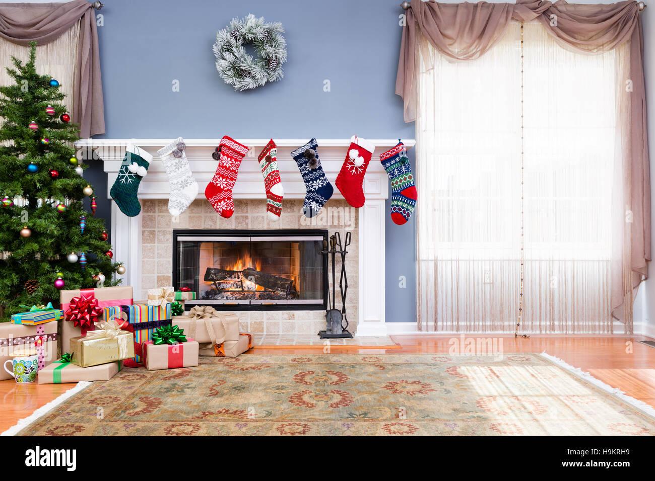 Im Heimischen Wohnzimmer Für Weihnachten Dekoriert, Mit Bunten Strümpfen  Auf Dem Kaminsims, Haufen Geschenk Verpackt Geschenke Und Weihnachtsbaum,  ...