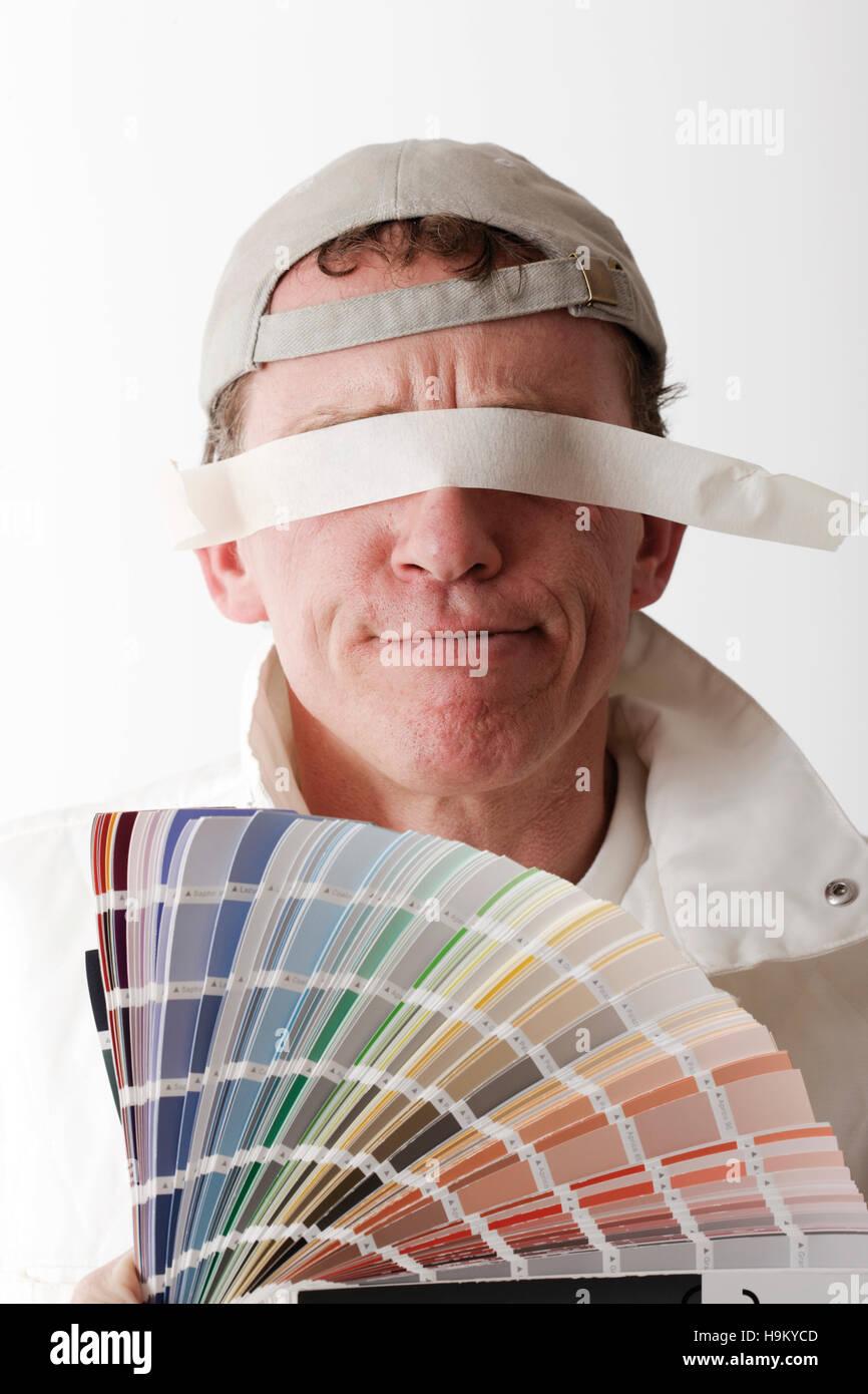 Farbe blinden, Malerin hält einen Farbfächer, Augen mit Klebeband abgedeckt Stockbild