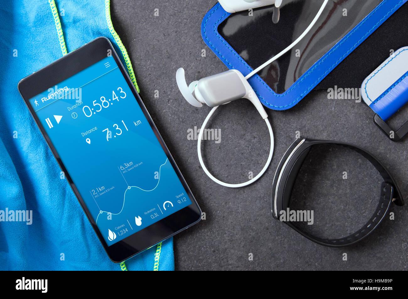 Smartphone mit einer unbekannten Anwendung für Läufer auf der Steinplatte. Anwendung wurde mit Grafikprogramm erstellt. Stockfoto