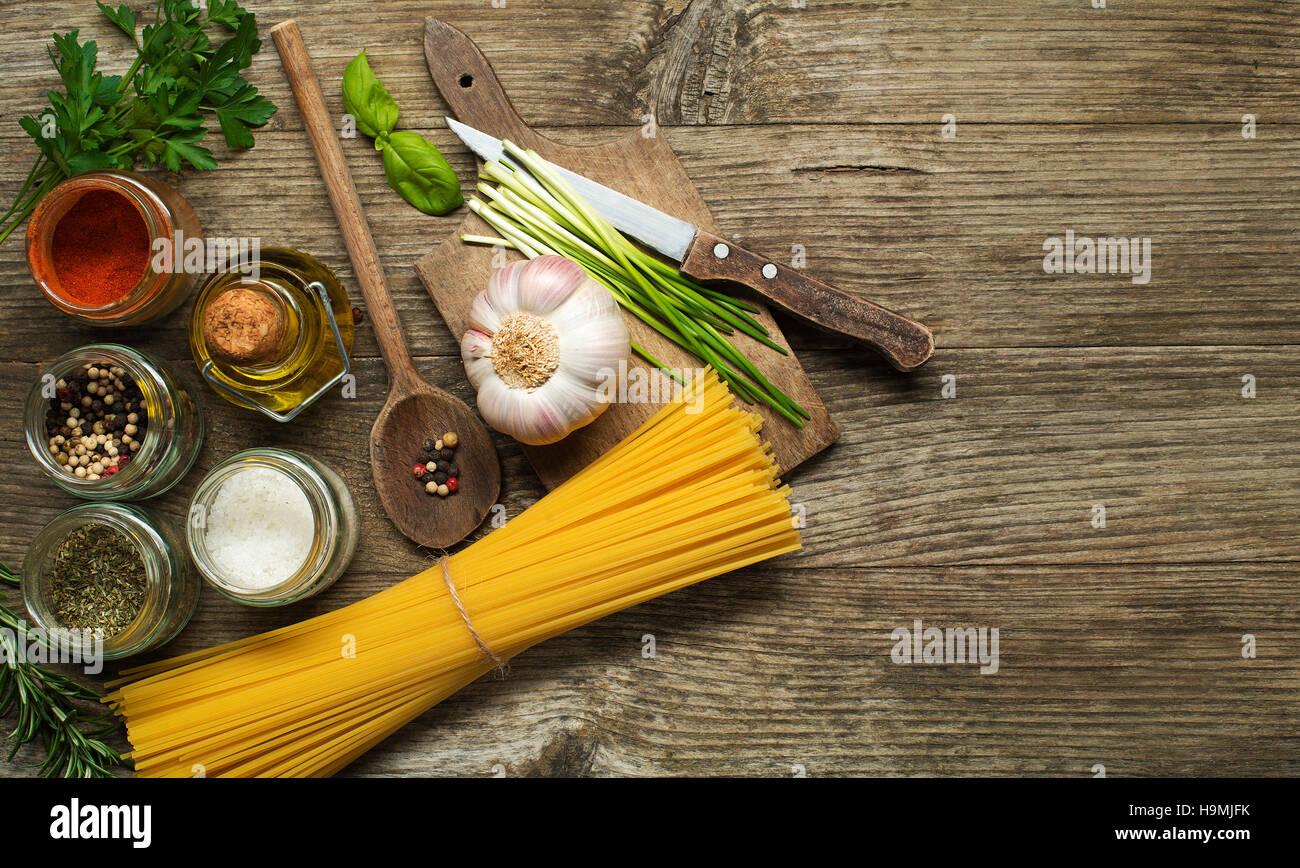 Pasta mit Gewürzen und Zutaten auf alten Holztisch Stockbild