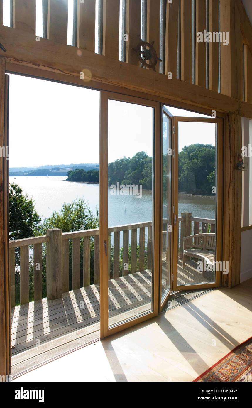 Glasturen Auf Holz Balkon Blick Auf Die Mundung Sonnenlicht