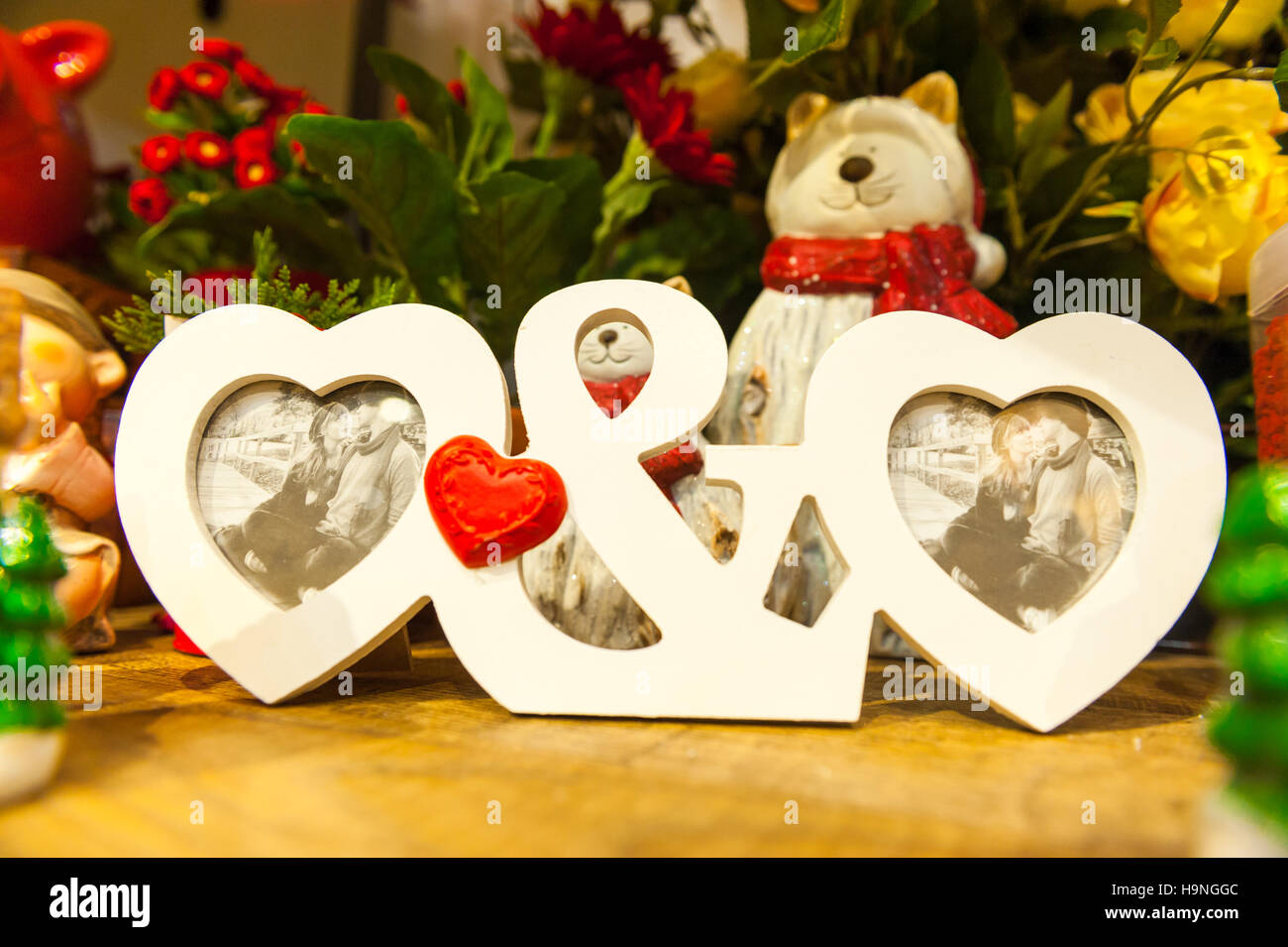Herzförmigen Fotorahmen auf Holztisch vor dem Hintergrund von ...