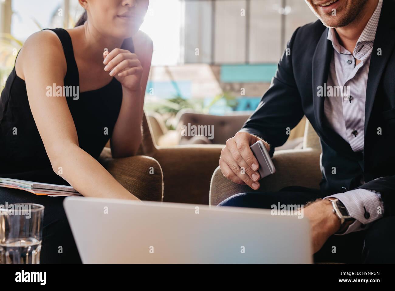 Aufnahme von zwei junge Geschäftsleute sitzen zusammen am Laptop arbeiten. Führungskräfte Treffen in einem Büro Stockfoto