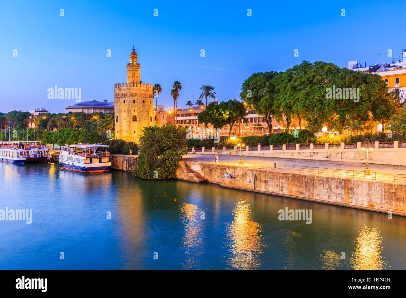 Sevilla, Spanien. Guadalquivir und goldenen Turm (Torre del Oro) Stockbild