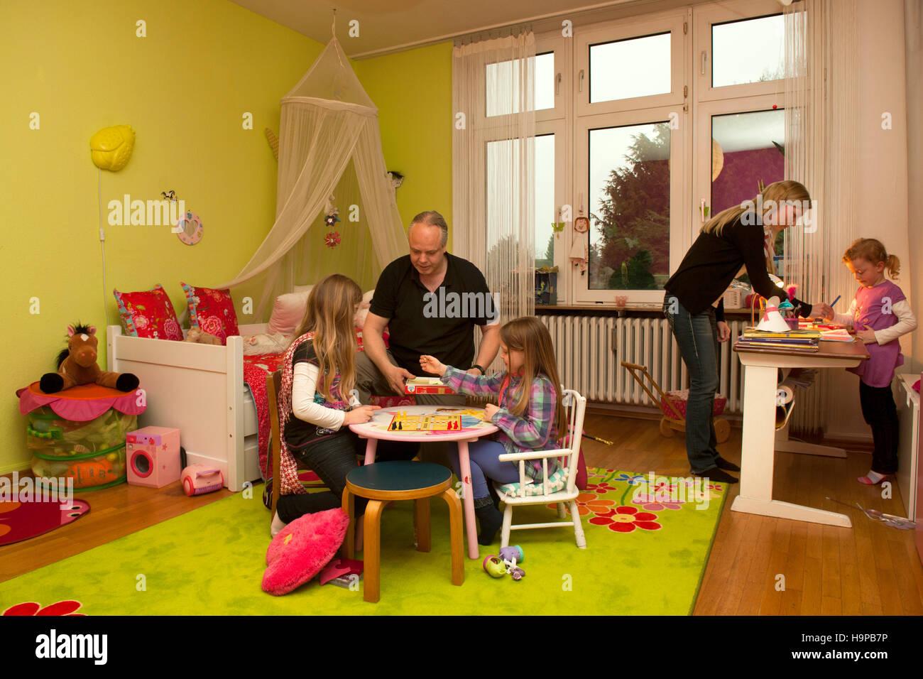 deutschland, junge familie mit höhle im kinderzimmer stockfoto, bild