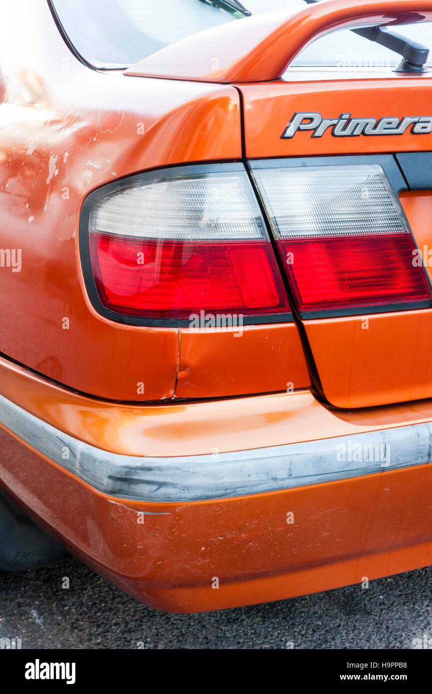 Orange Nissen Primera Auto. Nach der Kollision. Ecke der Stoßstange ...