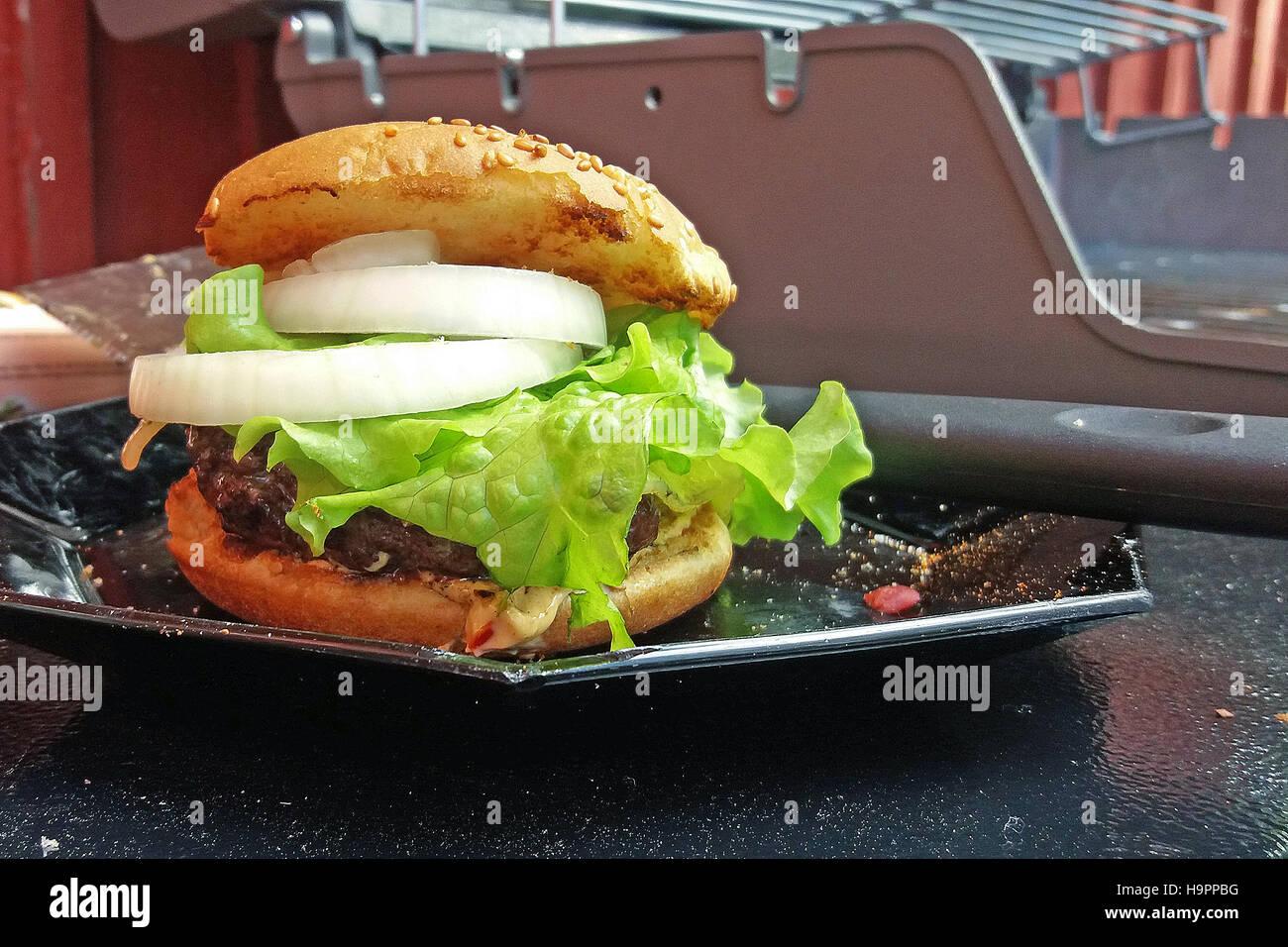 Hausgemachte Hamburger. Gas Grill Auf Hintergrund. Stockbild