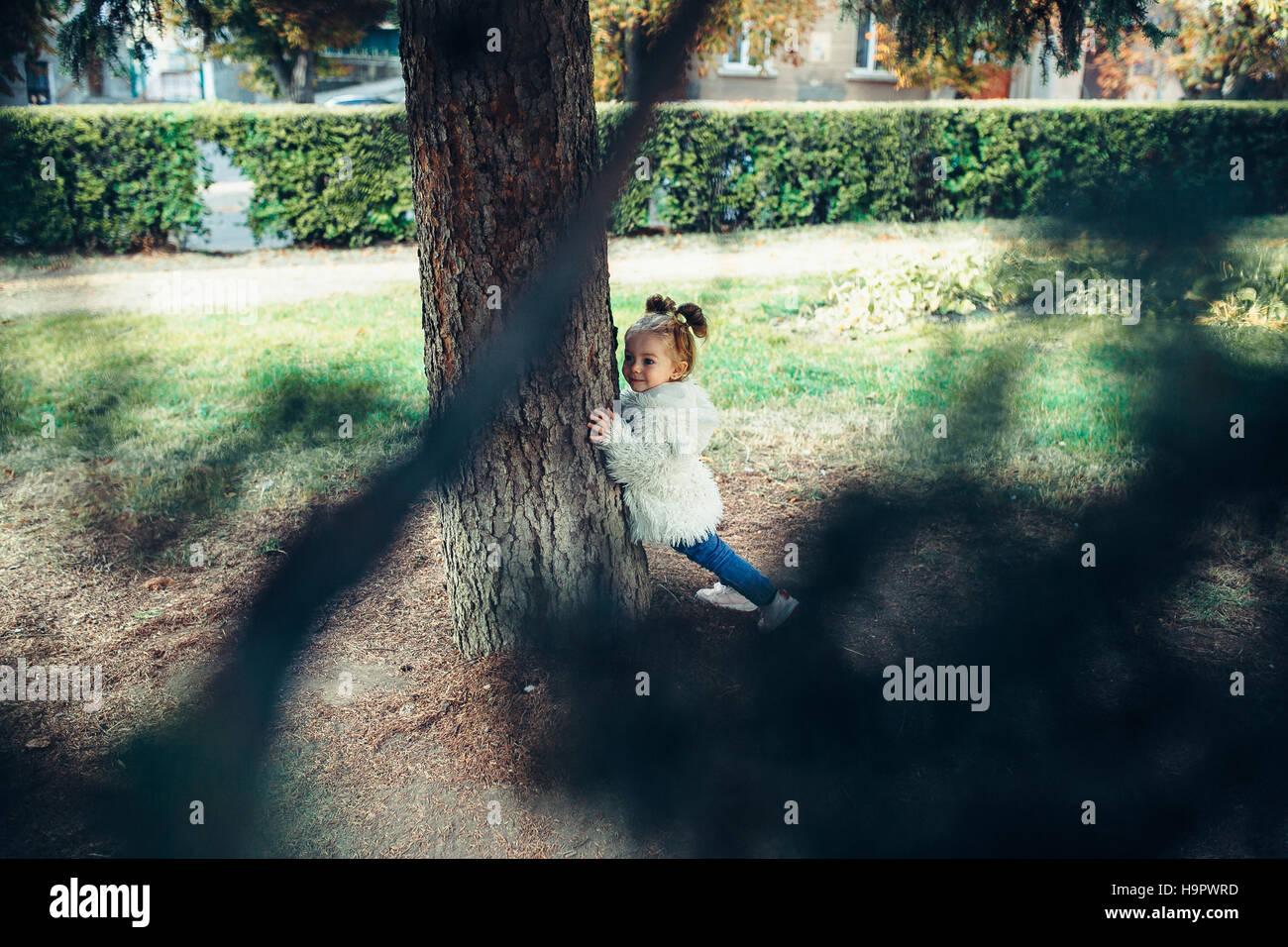 Niedliche kleine Mädchen spielt im freien Stockbild