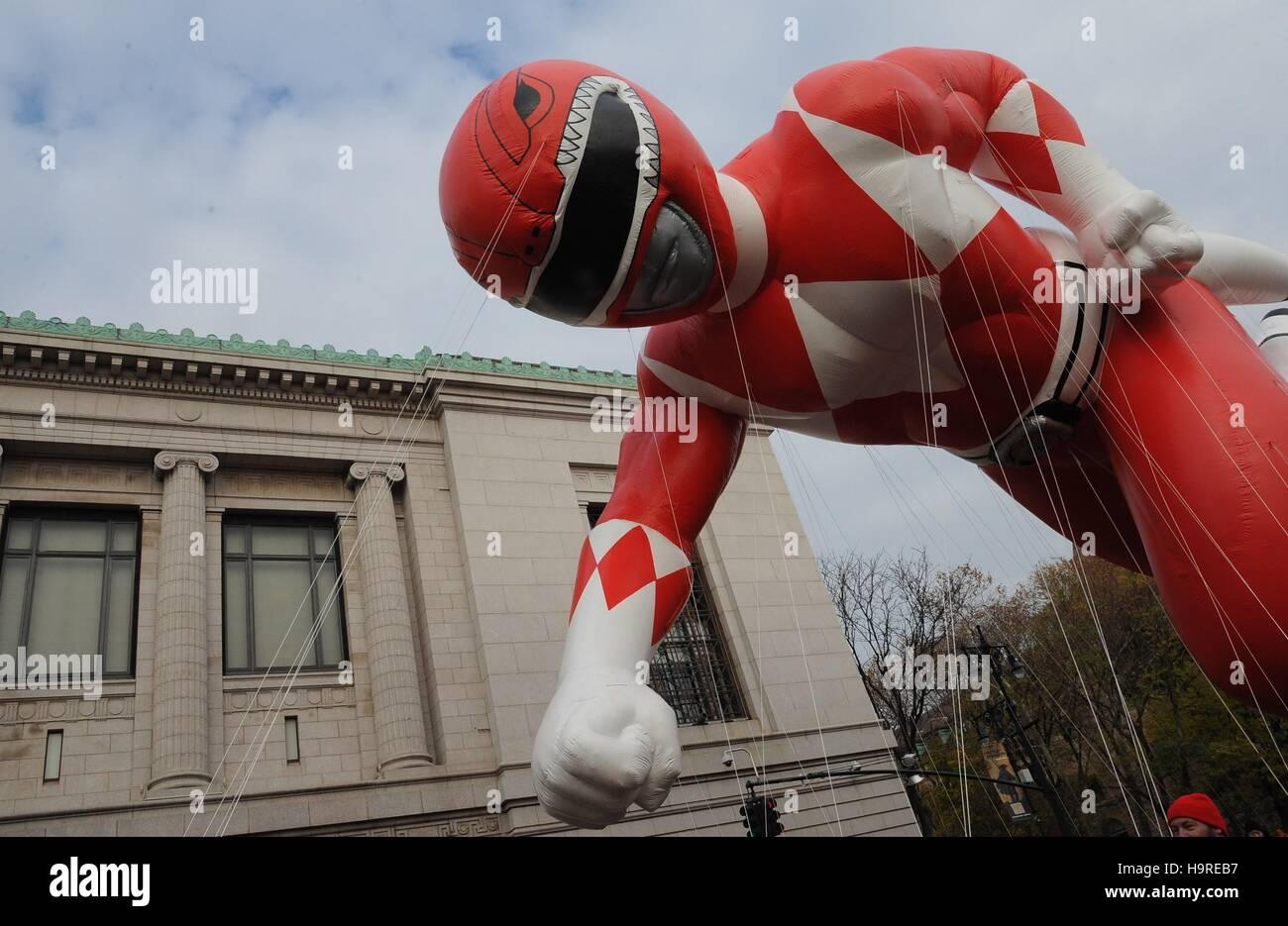 New York, NY, USA. 24. November 2016. Das rote Ranger aus dem Power Rangers-Ballon in die Teilnehmerliste für Stockbild