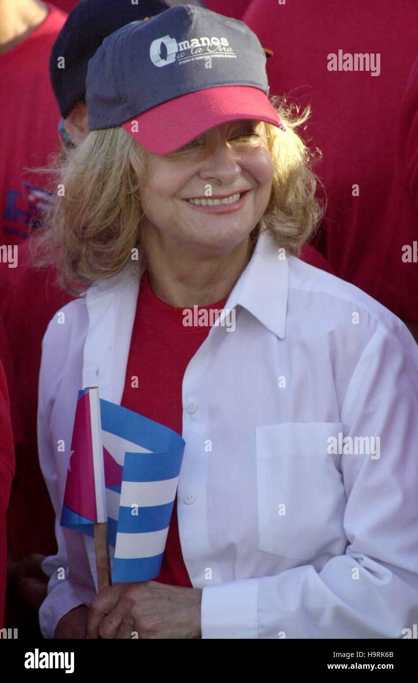 Havanna, Kuba. 1. Mai 2016. Dalia Soto del Valle (C), Frau von der kubanische Präsident Fidel Castro, unterstützt Stockbild