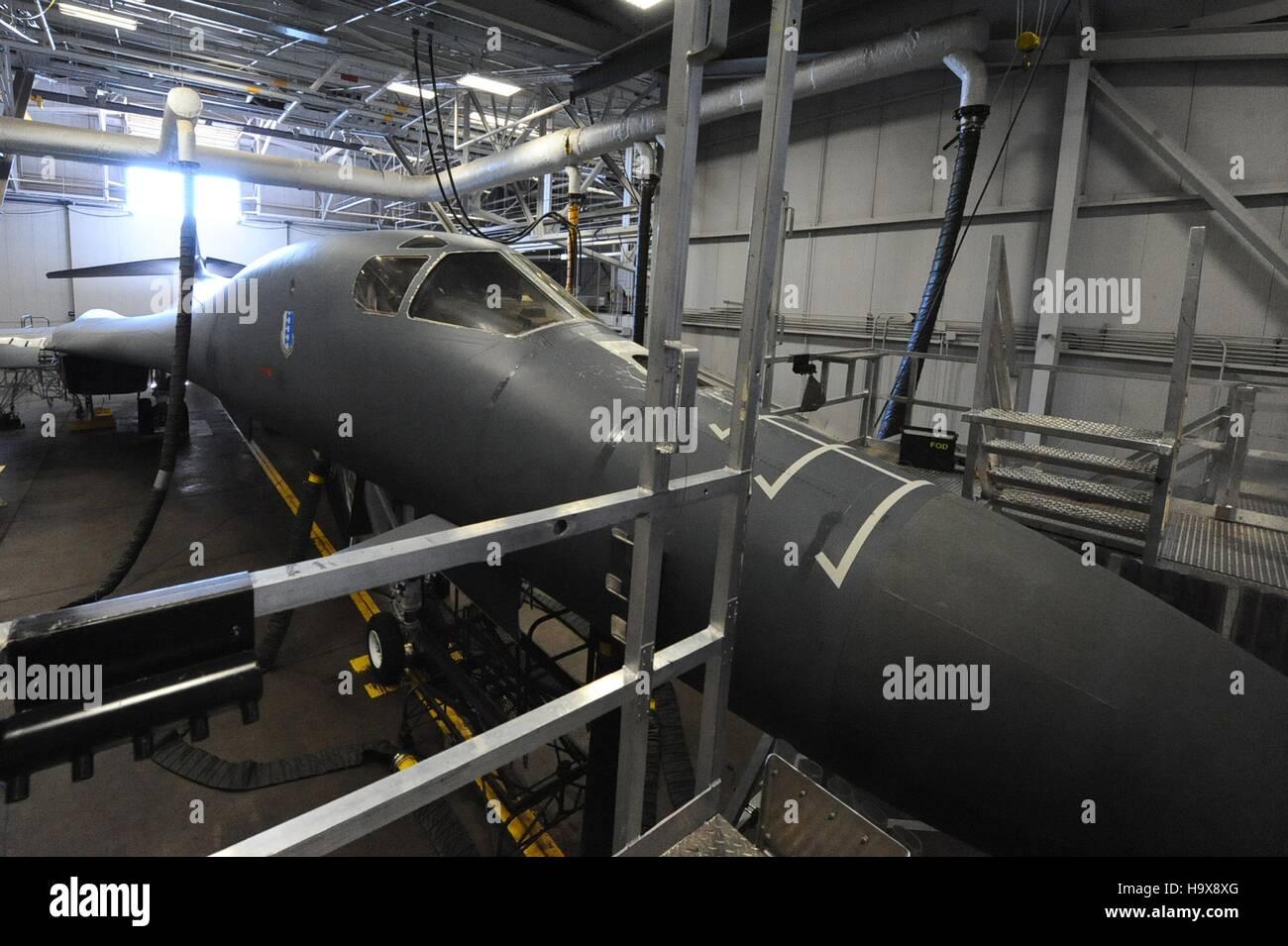Ein B-1 b Lancer strahlgetriebenen schwere strategische Bomber Flugzeug sitzt in einem Hangar für eine Inspektion Stockbild