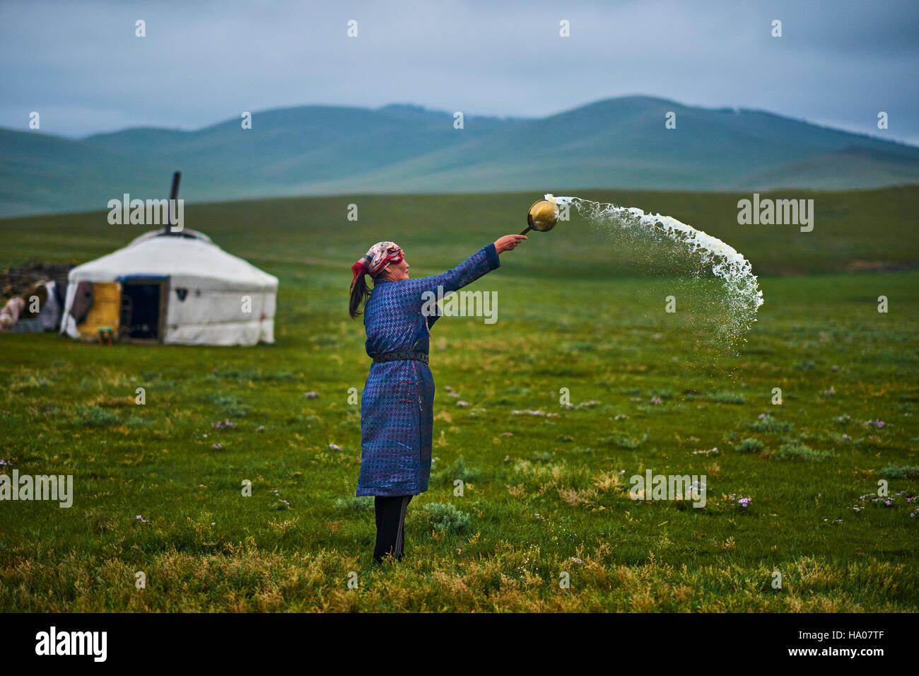 Mongolei, Provinz Arkhangai, Nomad Frau eine Darbringung, Tengri, der Geist des Himmels Stockbild