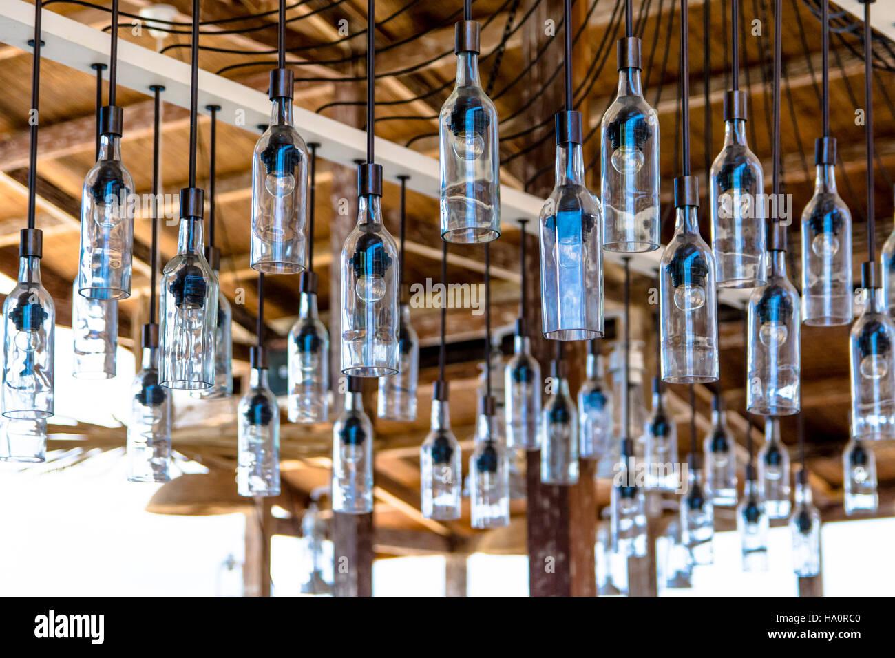 Niedrigen Winkel Blick Auf Glas Flaschen Lampen Hangen Von Holzdecke