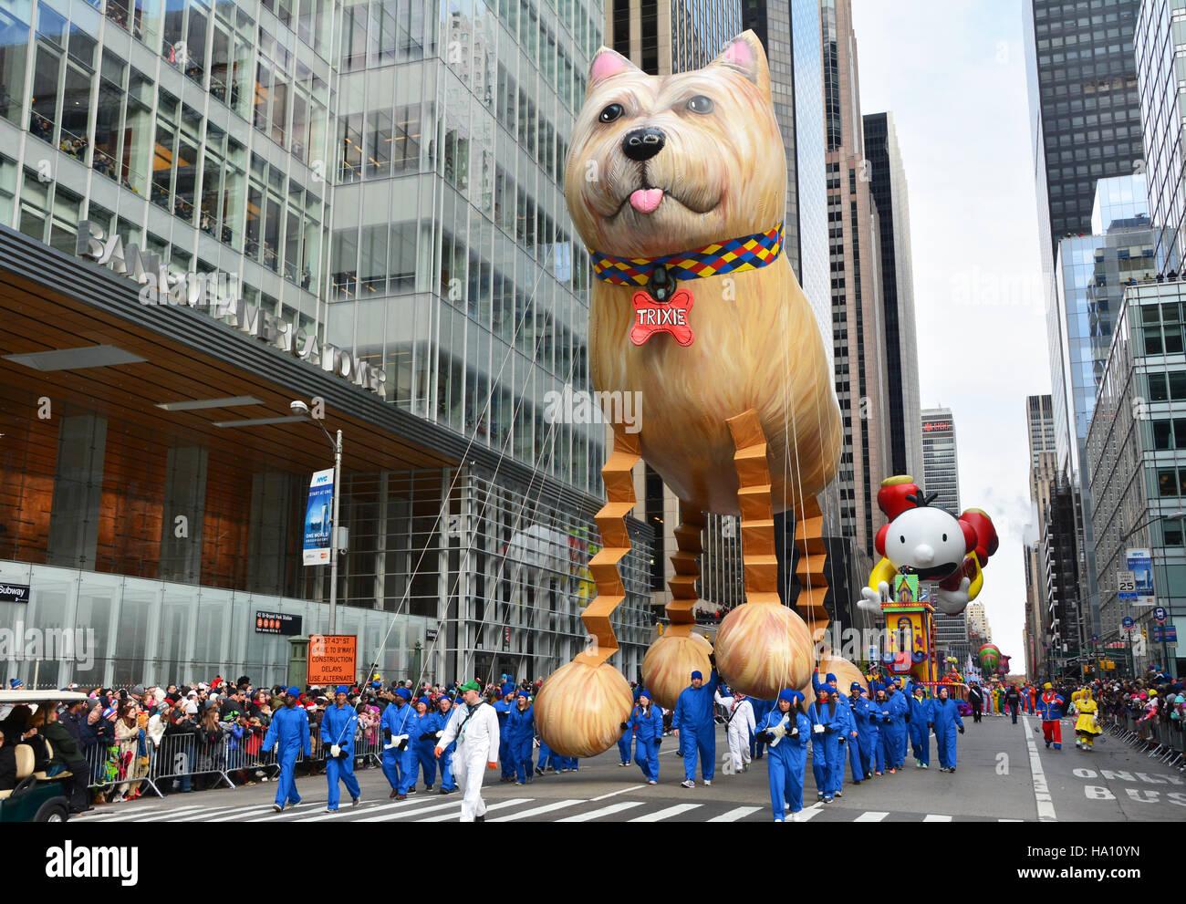 Trixie der Bouncing Hund sein Debüt in diesem Jahr bei der Parade. Stockbild