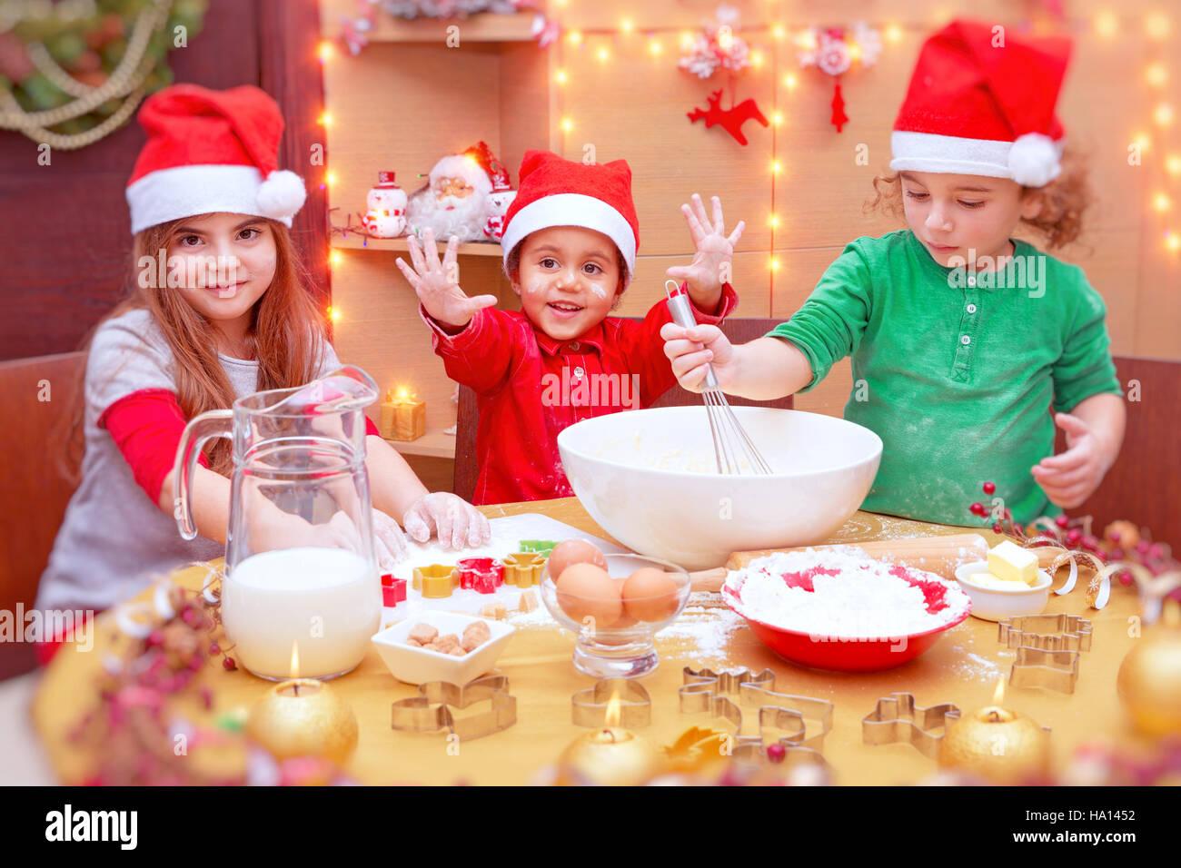 Kinder Weihnachtskekse.Glückliche Kinder Weihnachtskekse Zu Hause Machen Niedliche Kleine