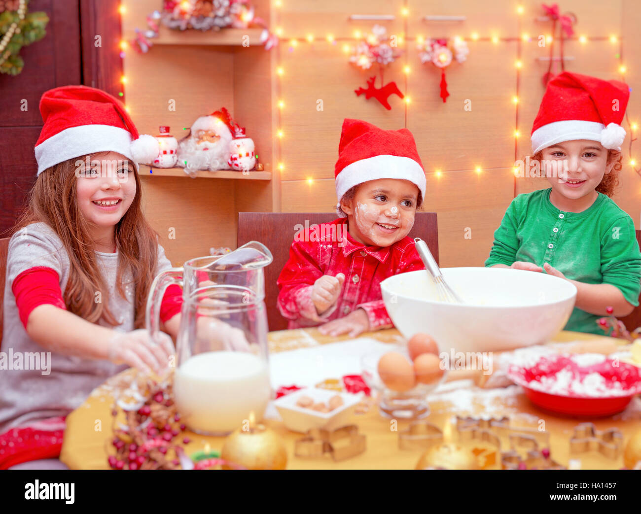 Kinder Weihnachtskekse.Glückliche Kinder Weihnachtskekse Zu Hause Machen Kinder Drei Süße