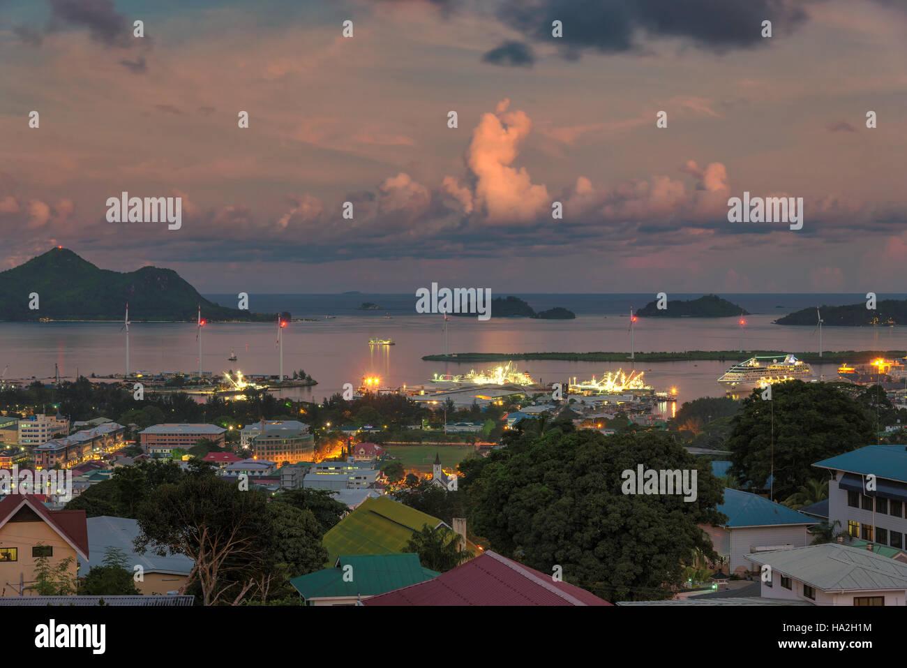 Blick auf den Sonnenuntergang der Seychellen Hauptstadt Victoria, Mahé Stockbild