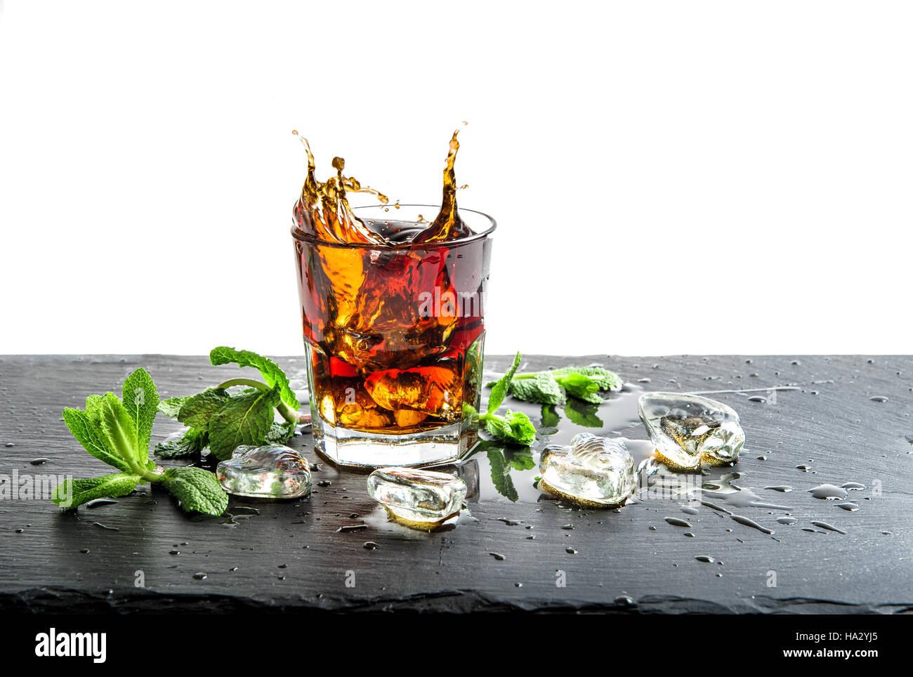 Glas Cola-Getränk mit Eis und Minze Blätter. Cocktail Aperitif Saft ...