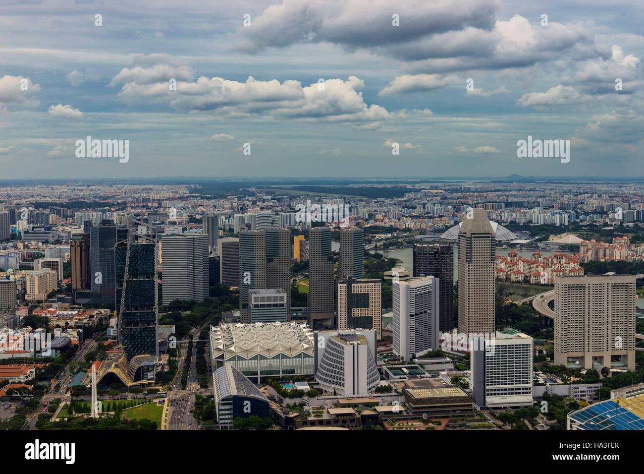 abstrakte Tageszeit urbane Stadtbild und Wolkengebilde auf Blick von der Dachterrasse - können anzeigen oder Stockbild