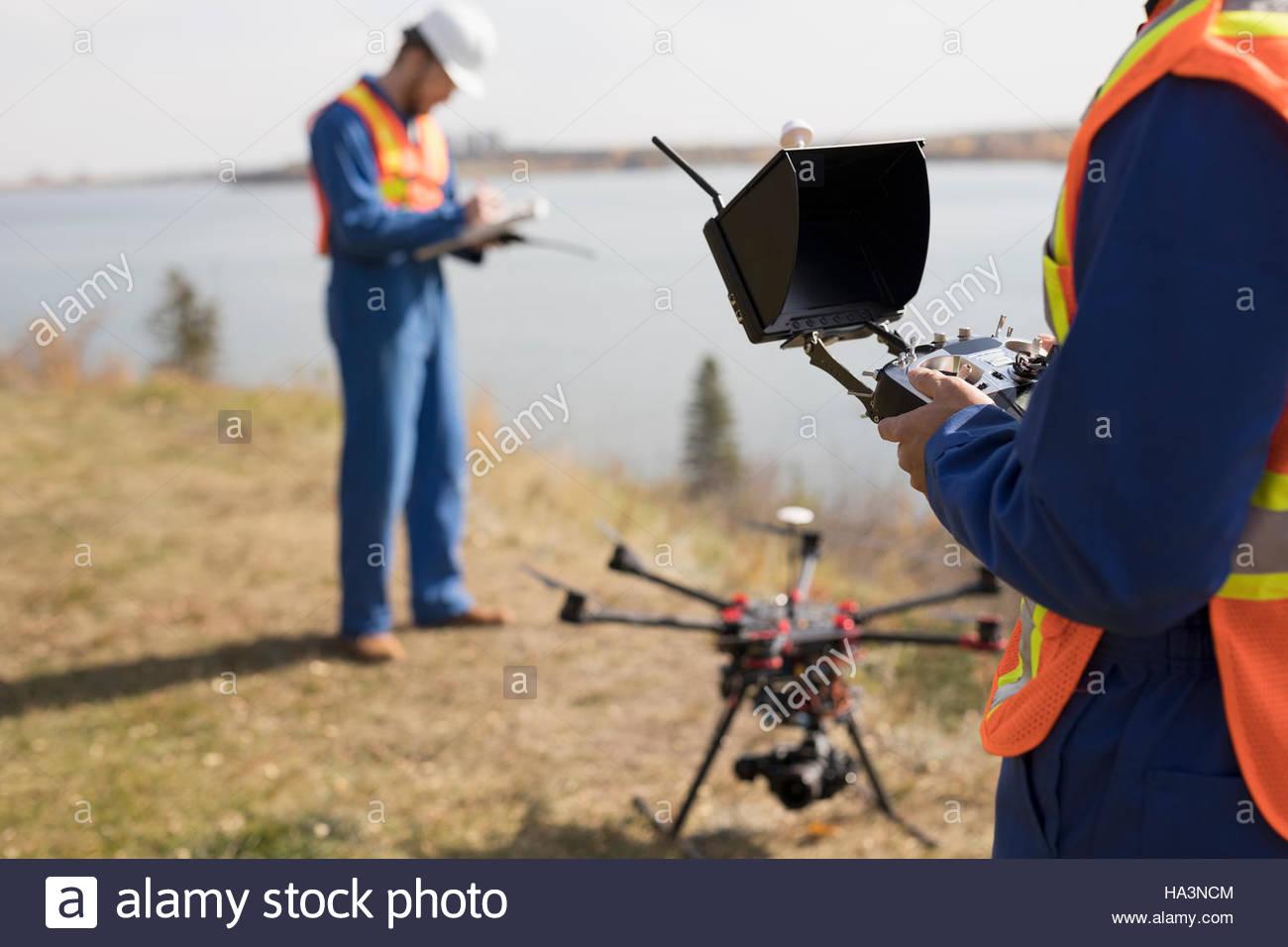 Vermesser mit Drohne Ausrüstung am sonnigen Seeufer Stockbild