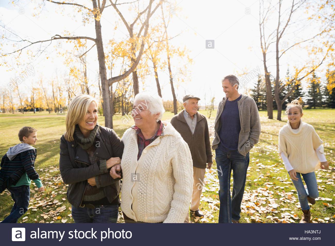 Mehr-Generationen-Familie Wandern im sonnigen Herbst park Stockfoto