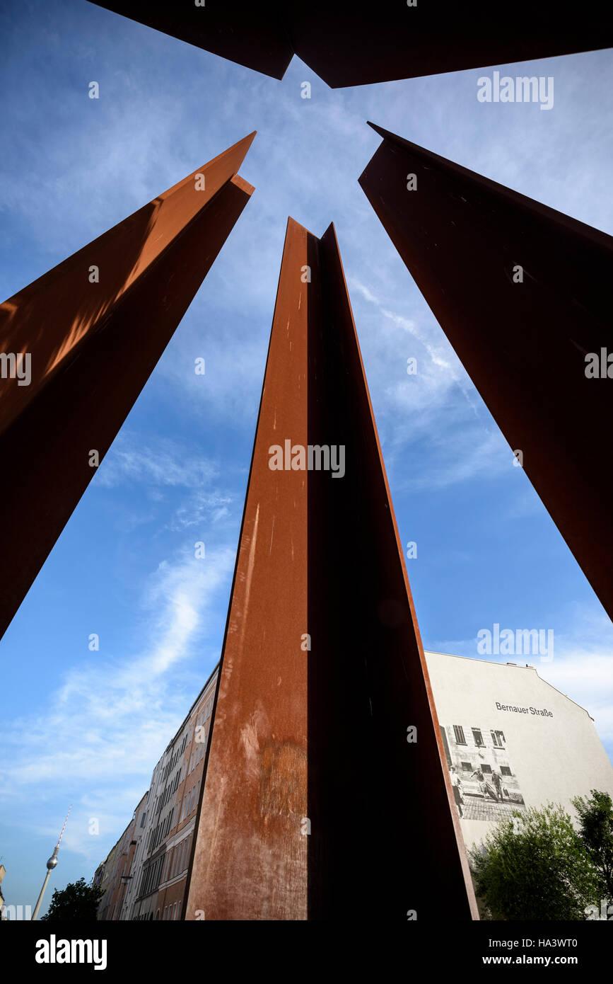 Berlin. Deutschland. Darstellung eines Wachturms BT-9, ist Bestandteil der Geschichtsmeile Berliner Mauer. Stockbild
