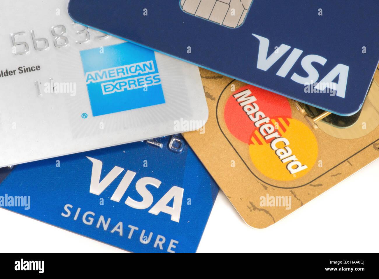Nahaufnahme von Kreditkarten mit MasterCard, Visa und American Express Logo auf weißem Hintergrund, illustrative Stockbild