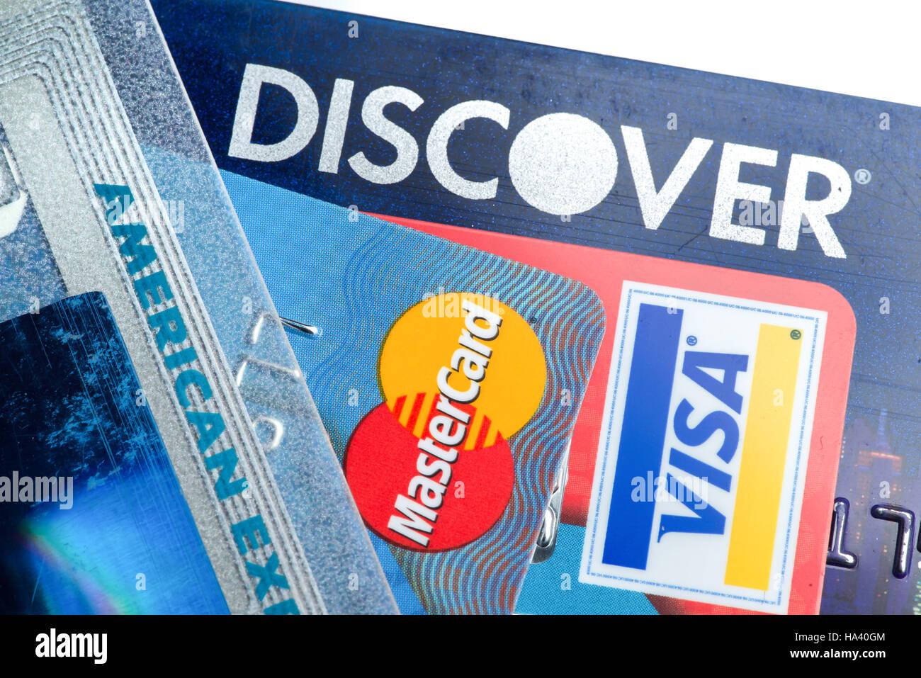 Nahaufnahme von Kreditkarten mit Discover, American Express, Visa und MasterCard Logo auf weißem Hintergrund, Stockbild