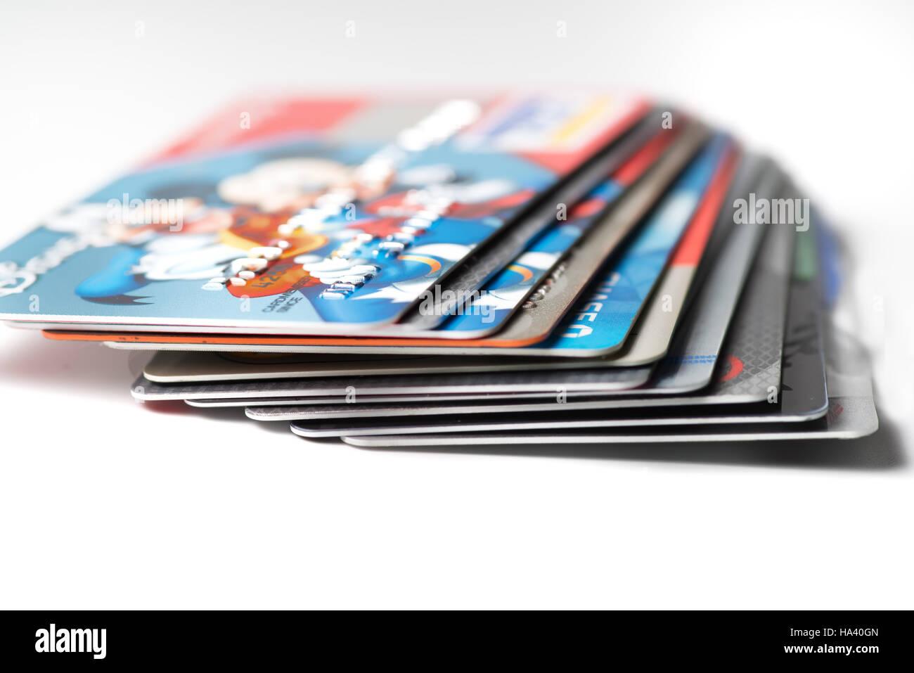 Nahaufnahme von Stapel von Kreditkarten auf weißem Hintergrund, illustrative Redaktion Stockbild