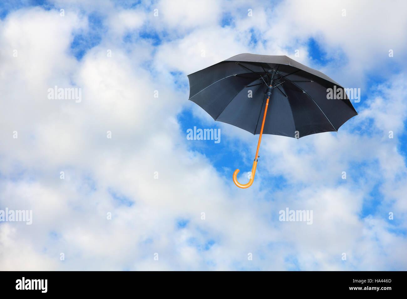 Schwarzer Schirm Fliegt Im Himmel Gegen Rein Weißen Wolken Mary