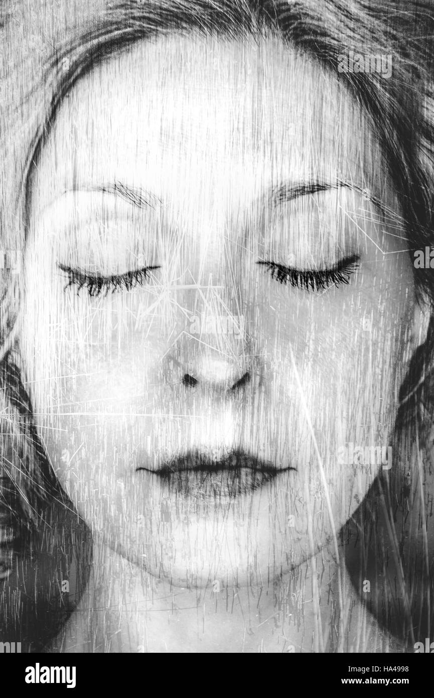 künstlerische Porträt der jungen Frau mit geschlossenen Augen Stockbild