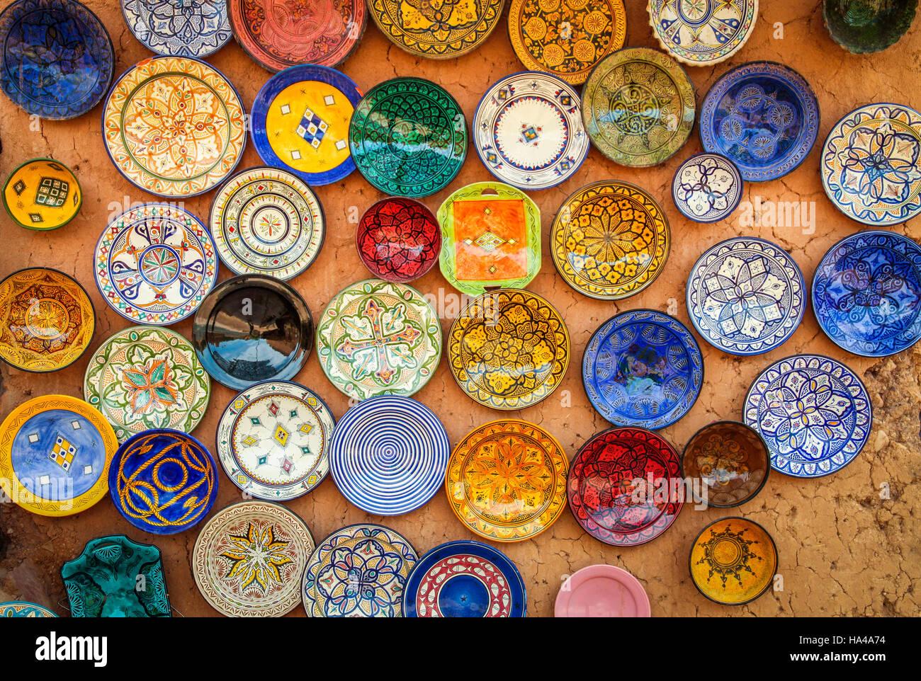 sch ne arabische bunte handgemachte keramik schalen auf dem display auf dem markt in marokko. Black Bedroom Furniture Sets. Home Design Ideas