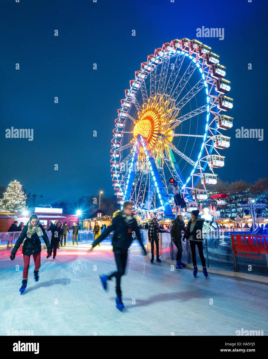 Schlittschuhlaufen Berlin Weihnachtsmarkt.Ice Skating Christmas Market Stockfotos Ice Skating Christmas
