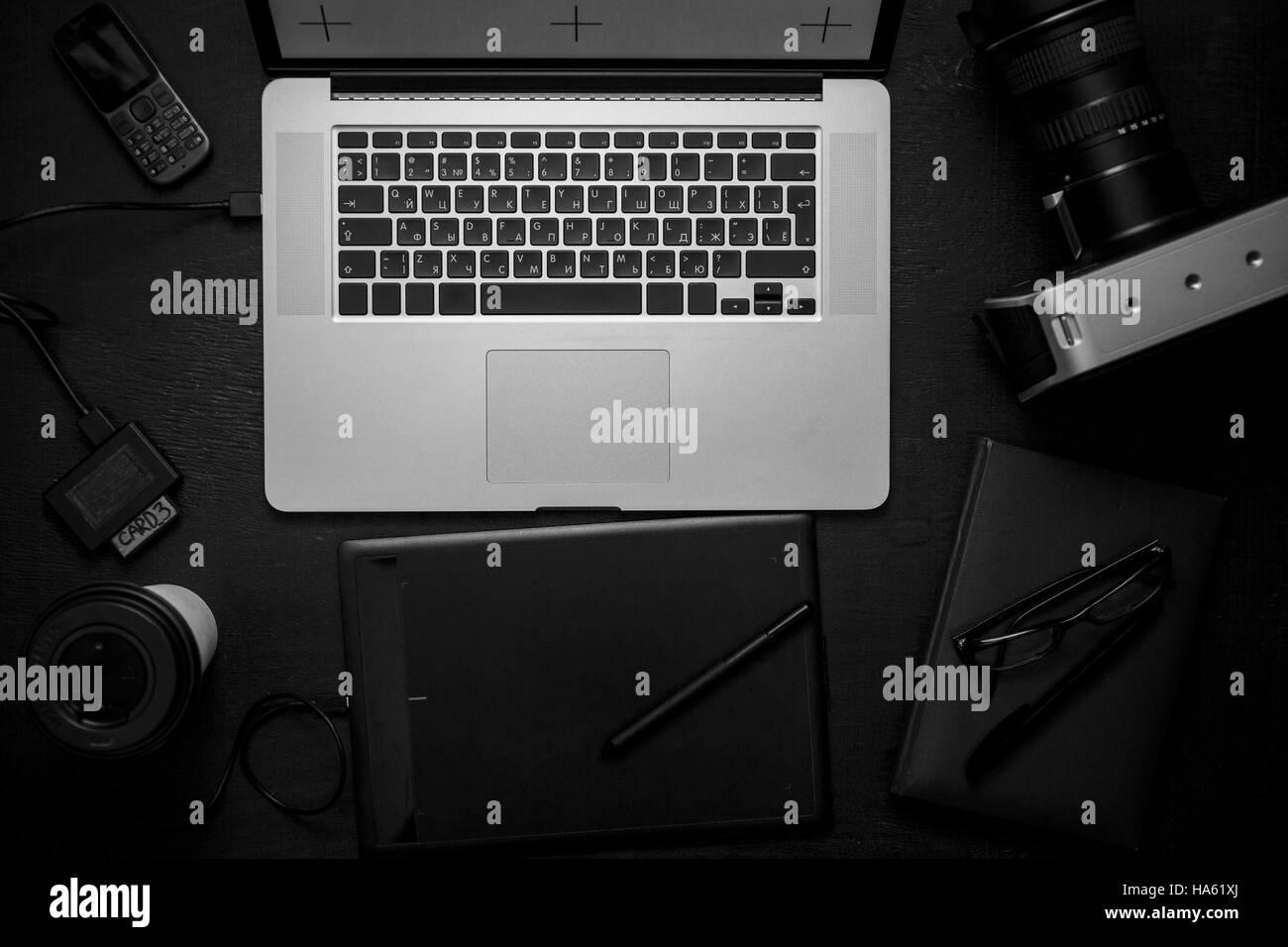Von oben Blick auf Arbeitsplatz mit laptop Stockfoto