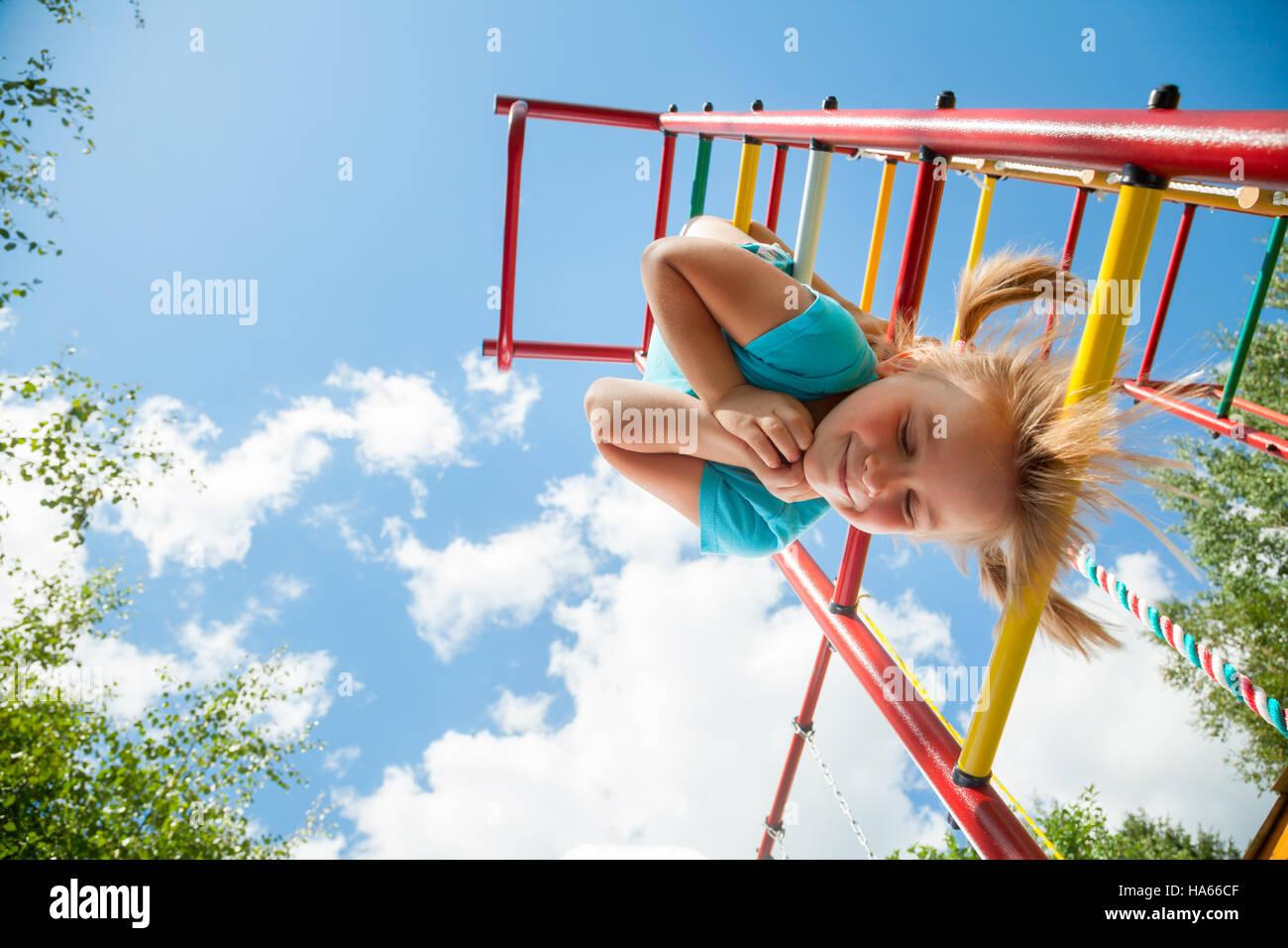 Little Monkey Klettergerüst : Kleines mädchen mit spaß spielen auf klettergerüst in einem