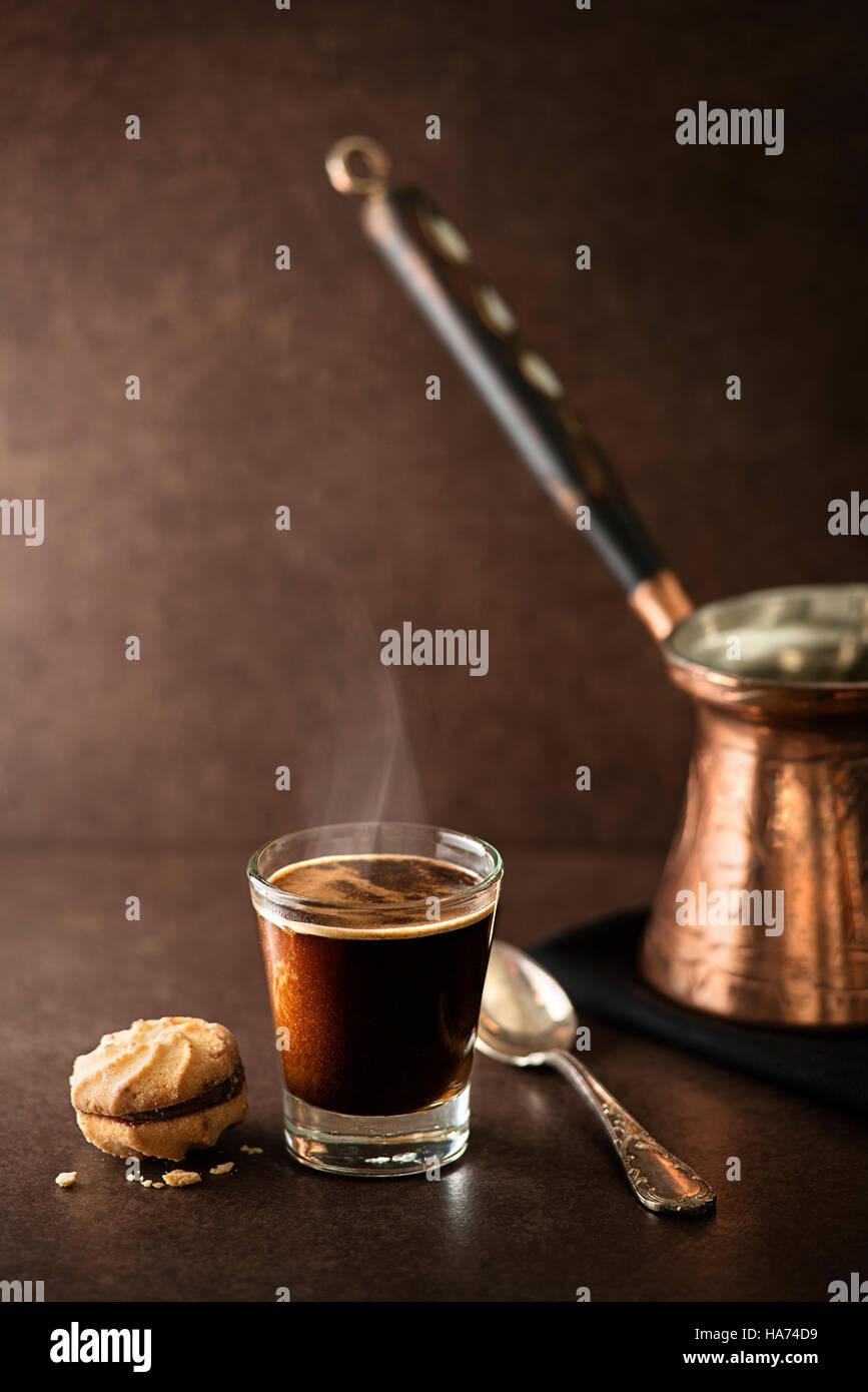 Tasse Espresso Kaffee auf dunklem Hintergrund Stockbild