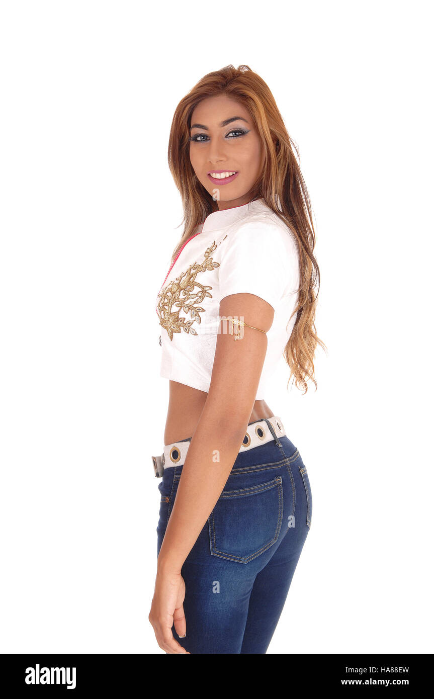 59c7b9145c840d Eine schöne junge Frau im Profil in Jeans und einer weißen Bluse mit lange  brünette Haare, für weißen Hintergrund isoliert stehen.
