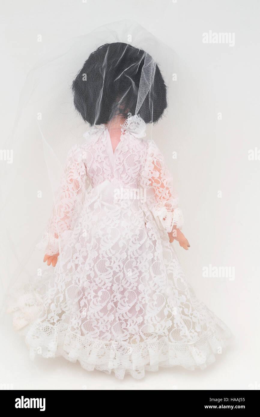 Jahrgang 1960 Braut Puppe im Brautkleid mit Schleier Stockfoto, Bild ...