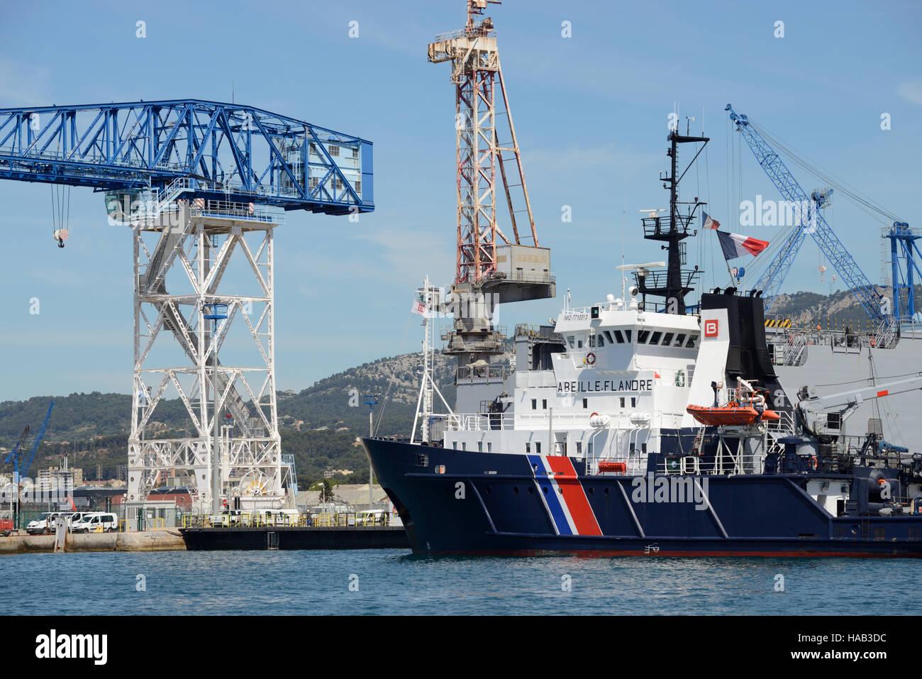 Abeille Flandre Schlepper & Fregatte der französischen Navy oder Marine-Flotte stationiert im Hafen von Stockbild
