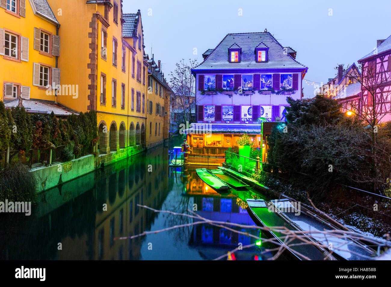 Weihnachts-Dekoration in der Nacht Petite Venise, Colmar Elsass Haut ...