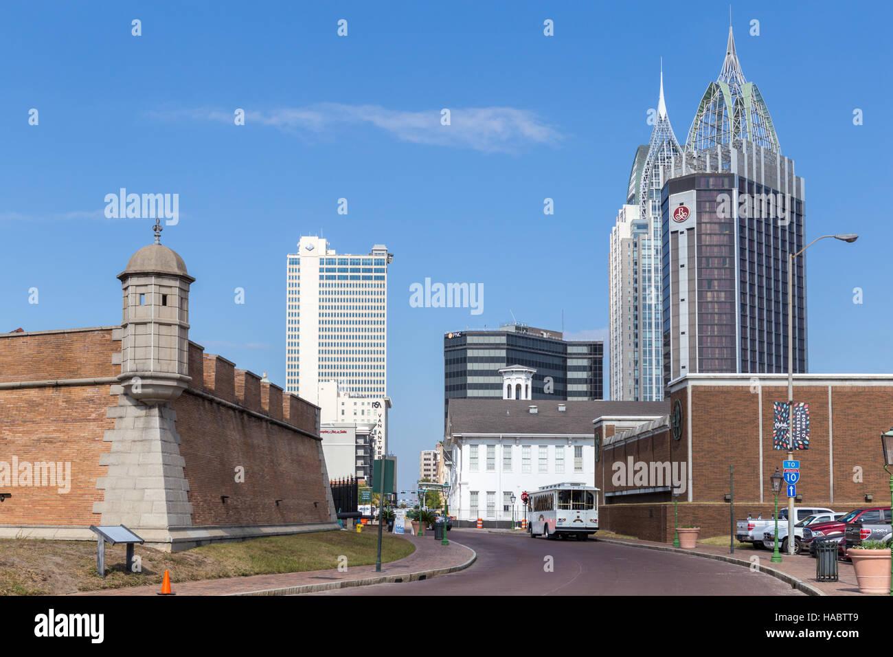 Moderne Wolkenkratzer dominieren die Skyline die Innenstadt, mit Fort Conde auf der linken Seite, in Mobile, Alabama. Stockfoto