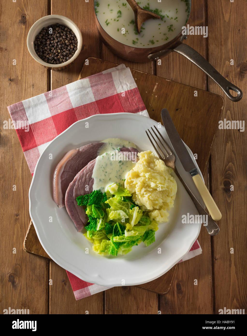Irische Speck und Kohl mit Petersilie-Sauce. Irland-Essen Stockbild