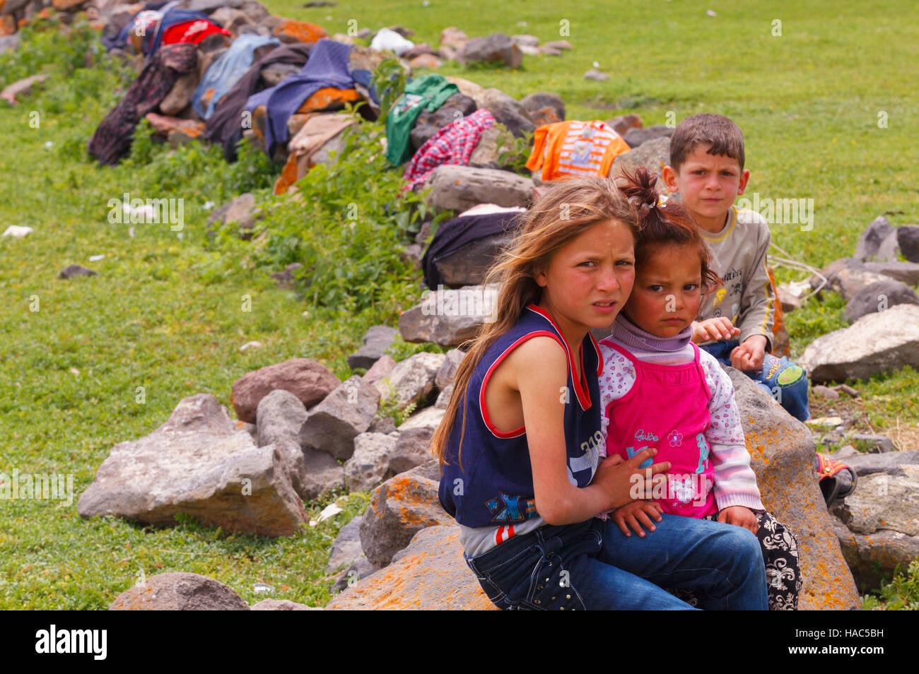 Kinder der nomadischen Menschen in ländlichen Gebieten des östlichen Anatolia.They arbeiten als Saisonarbeiter Stockbild