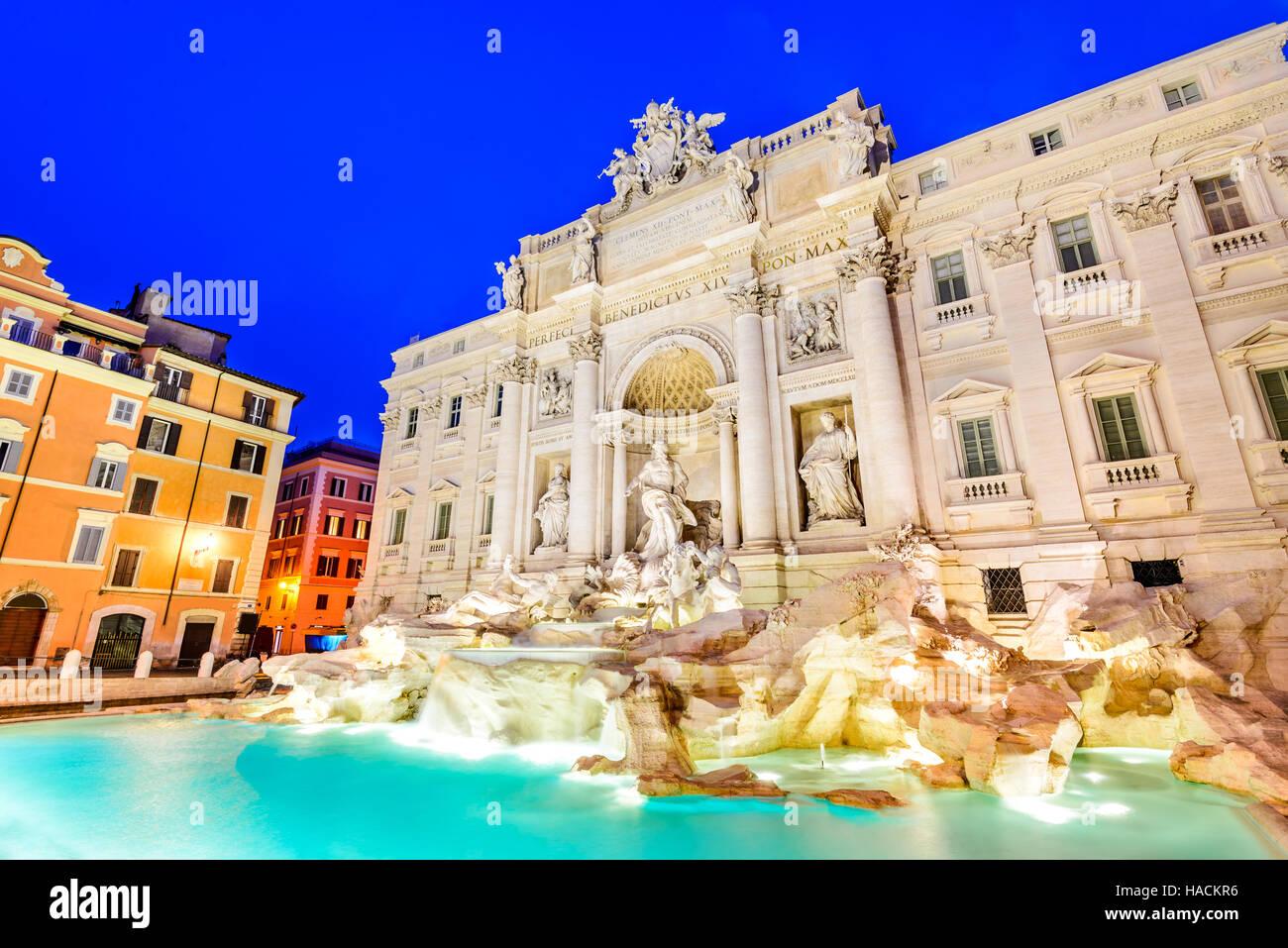 Rom, Italien. Atemberaubend verzierten Trevi-Brunnen, Baujahr, beleuchtet in der Nacht im Herzen von Roma. Stockbild