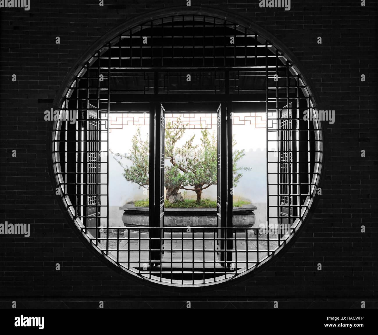 Gemauerte Wand Und Runde Fenster Tür Durch Chinesische Garten Und Kleinen  Bonsai Baum In Einem Topf Zu öffnen.
