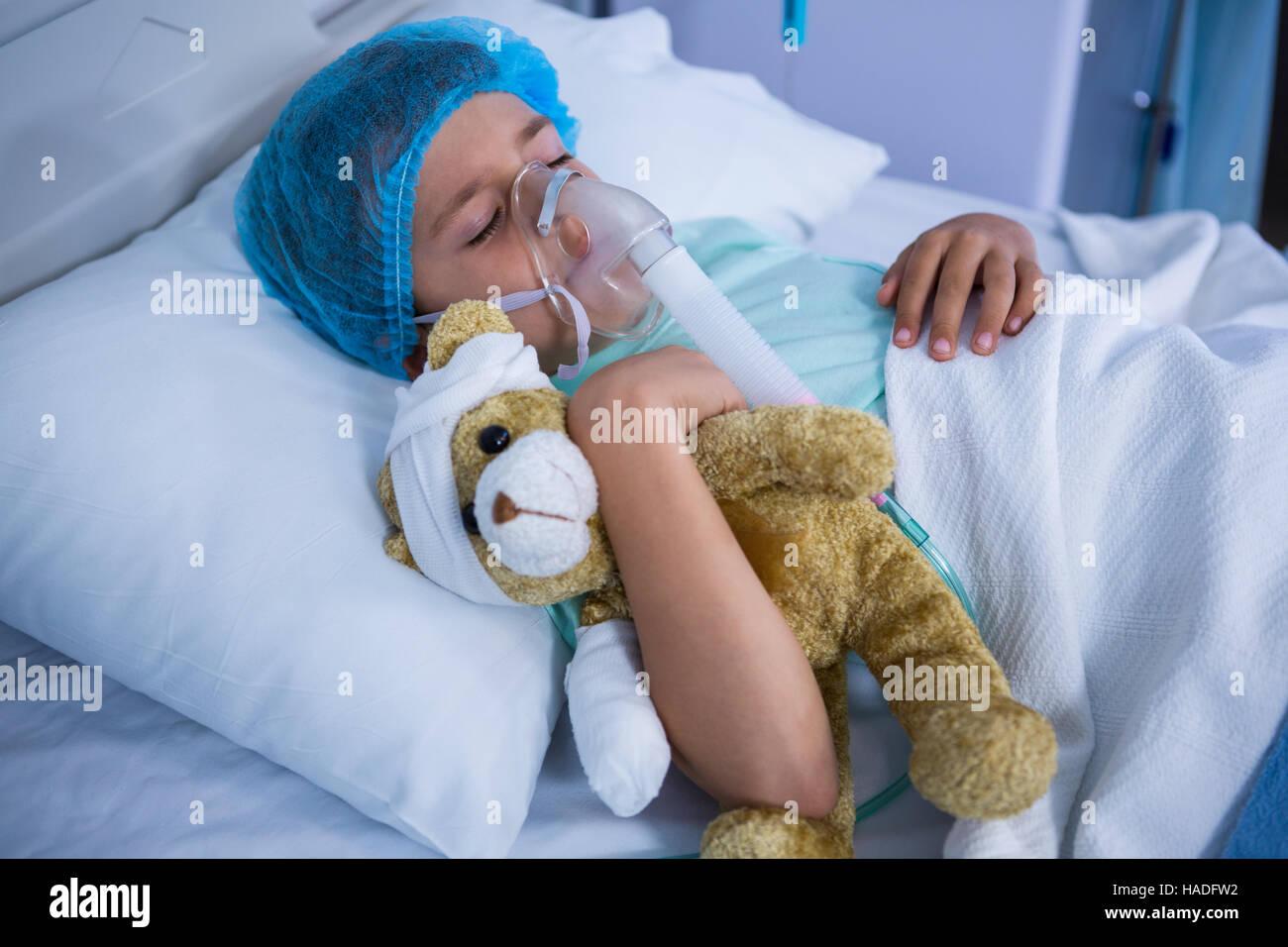 patienten mit sauerstoffmaske entspannend auf bett im bezirk stockfoto bild 126916974 alamy. Black Bedroom Furniture Sets. Home Design Ideas