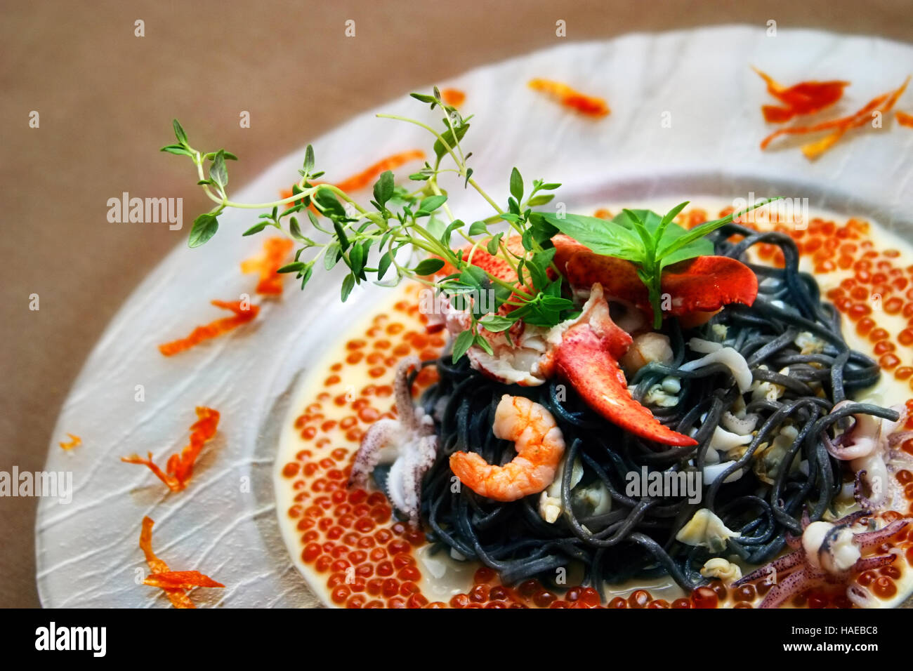 schwarze nudeln mit hummer sahne sauce und kaviar stockfoto bild 126935432 alamy. Black Bedroom Furniture Sets. Home Design Ideas